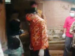 Gubernur Bengkulu Rohidin Mersyah mendatangi rumah salah satu warga miskin di Desa Panca Mukti untuk menyerahkan bantuan bedah rumah